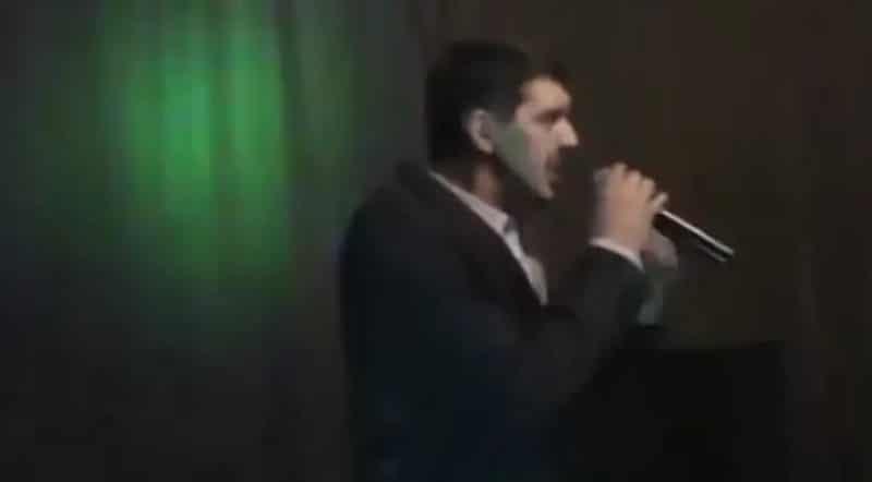 Аркадий Кобяков выступает на концерте