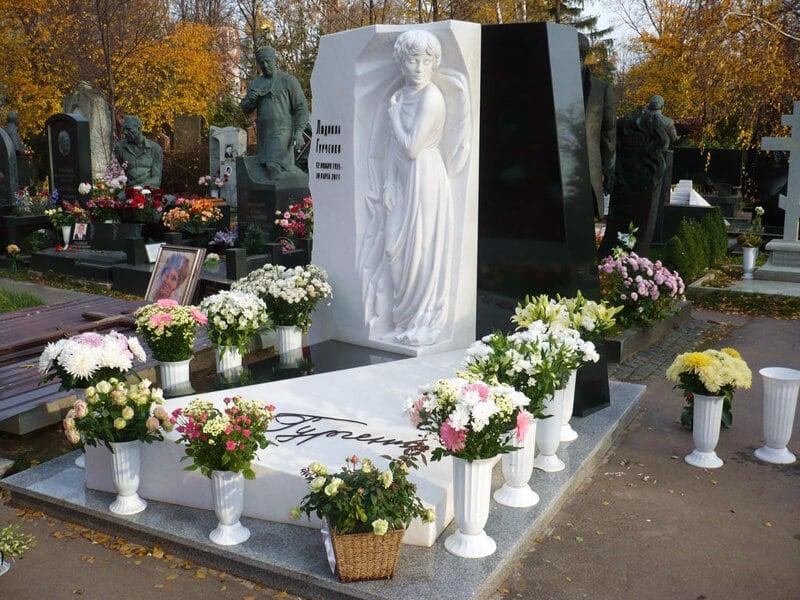Могила и памятник Людмилы Гурченко