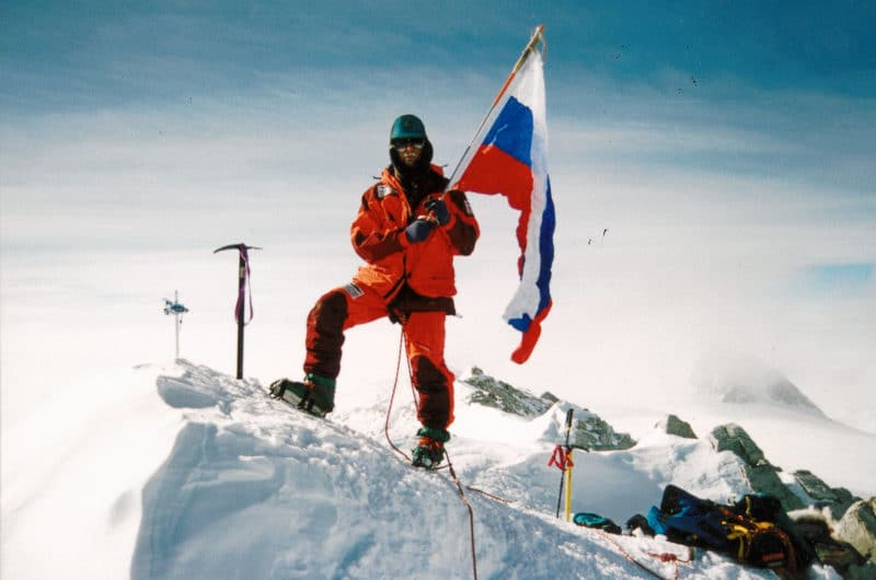 Федор Конюхов устанавливает флаг на Южном полюсе