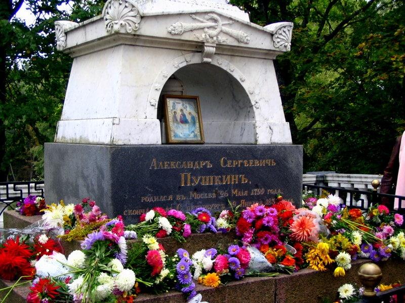 Могила и памятник Пушкину