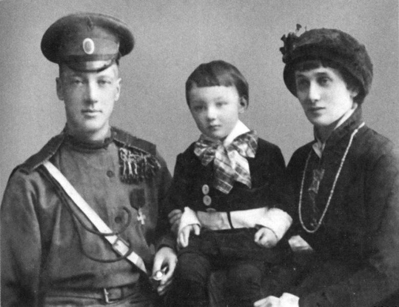 Анна Ахматова с Николаем Гумилевым и сыном