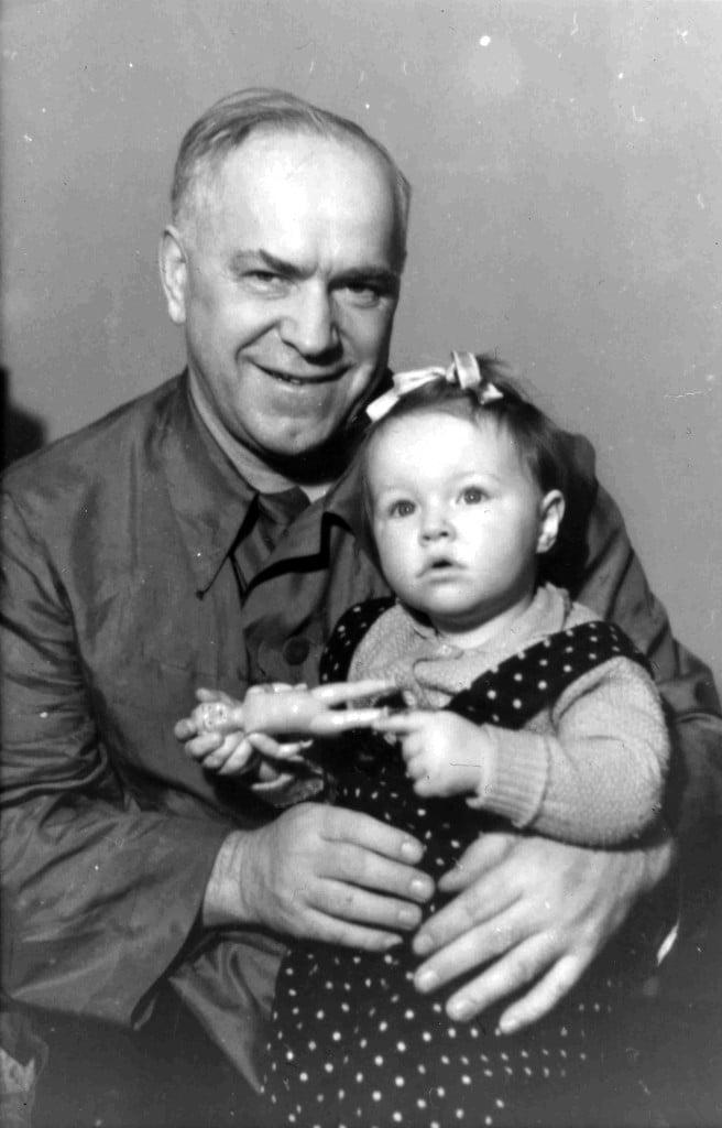 Маршал Жуков с внучкой