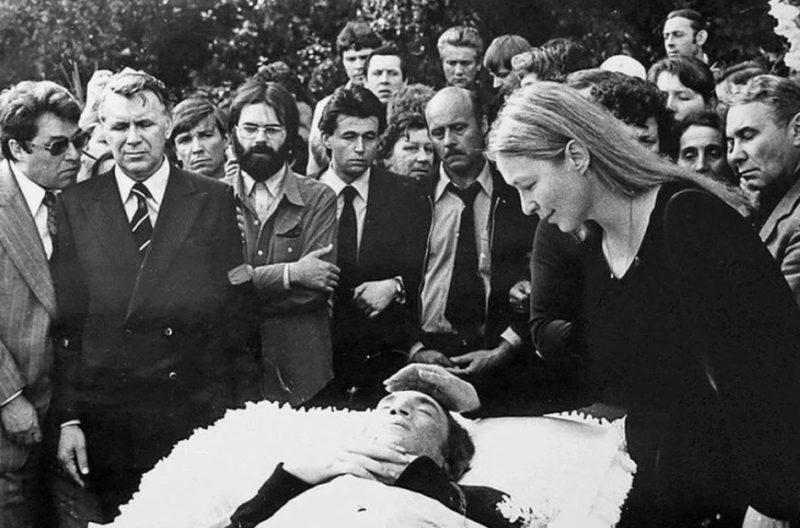 Марина Влади у гроба Владимира Высоцкого