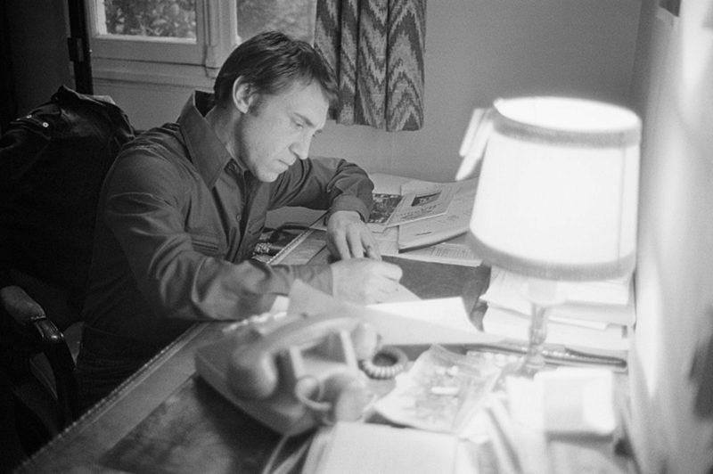 Владимир Высоцкий пишет песни за столом