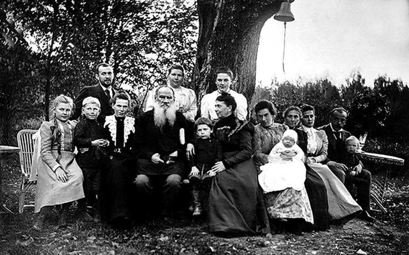 Лев Толстой с семьей