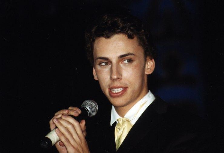 Молодой Максим Галкин выступает на сцене