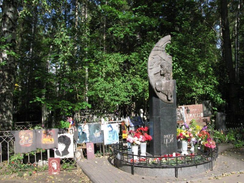 Могила и памятник Виктору Цою