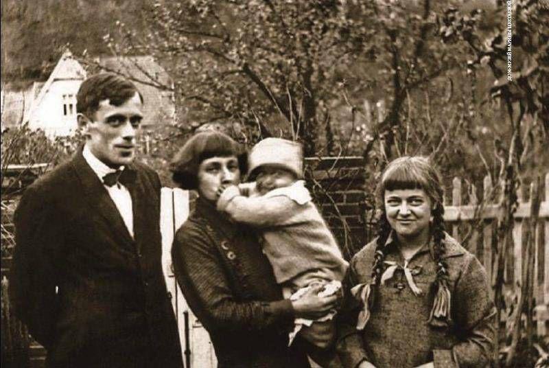 Марина Цветаева с мужем и детьми