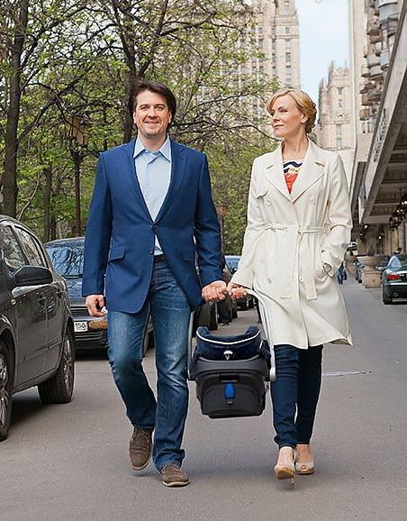 Мария Куликова с мужем гуляют с маленькими ребенком
