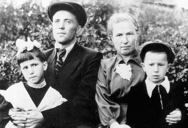 Виктор Астафьев в молодости с женой и детьми