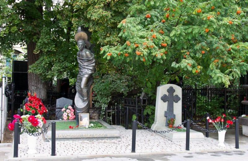Могила и памятник Владимиру Высоцкому