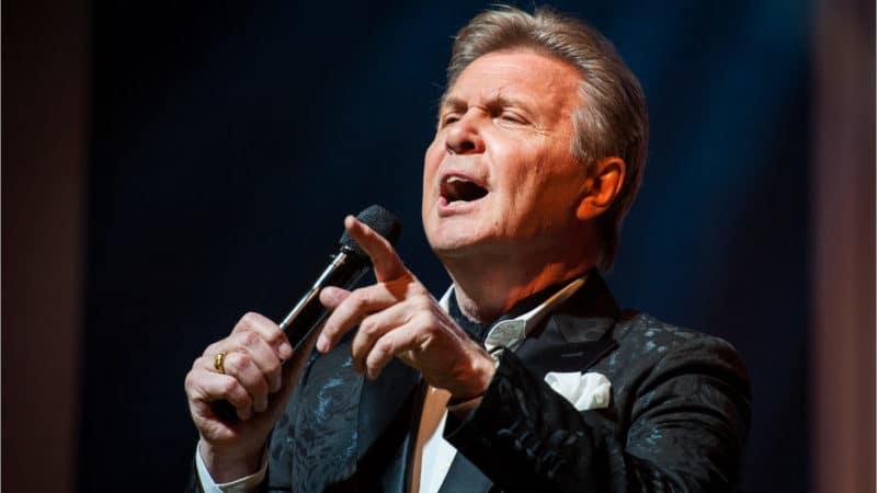 Лев Лещенко поет на концерте