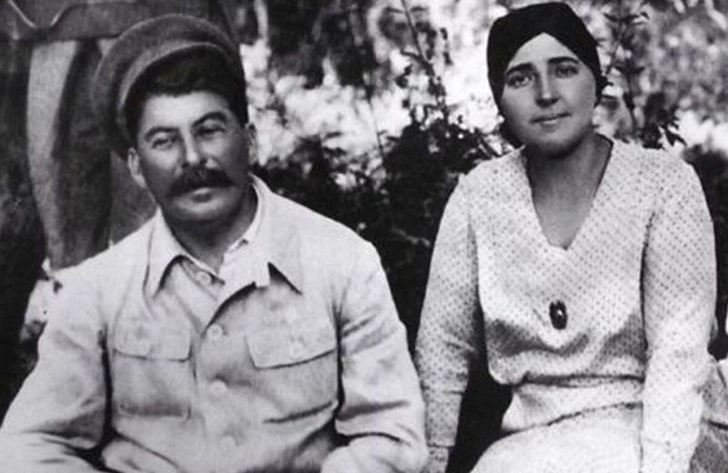 Иосиф Сталин со второй женой Надеждой Аллилуевой
