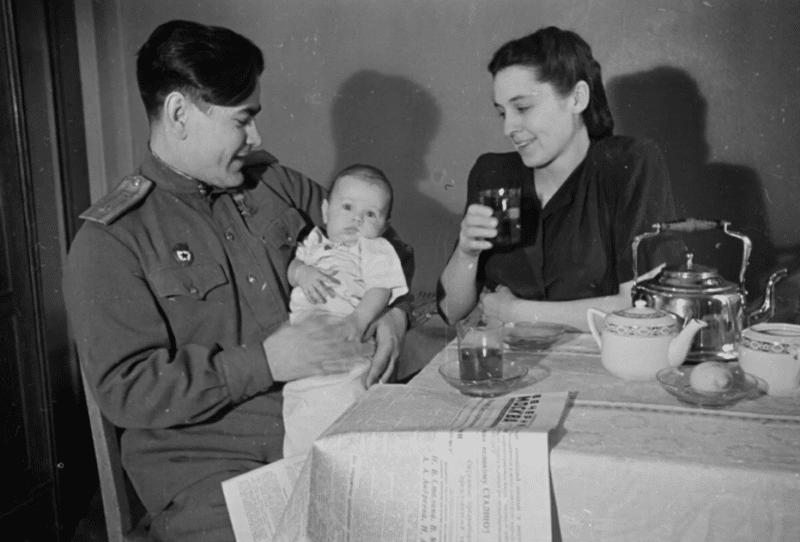 Алексей Маресьев с женой  и сыном