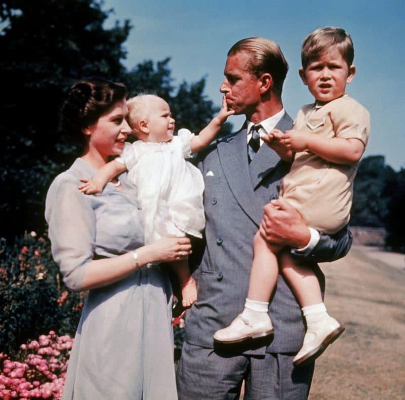 Елизавета II с мужем и детьми