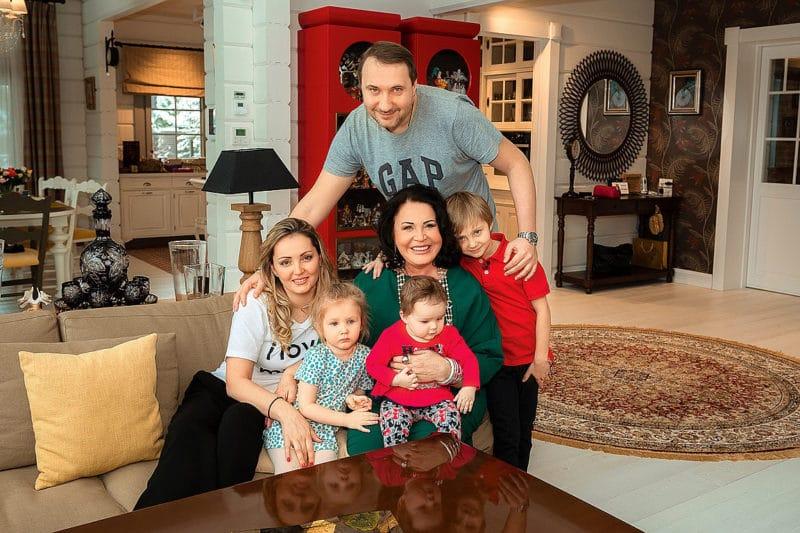Надежда Бабкина с сыном Данилом и внуками