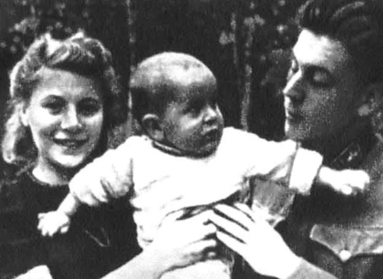 Василий Сталин с Галиной Бурдонской и ребенком