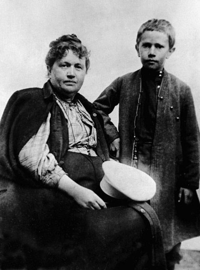 Алексей Толстой в юности с матерью
