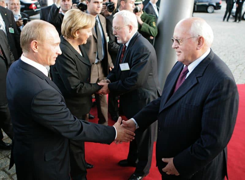 Михаил Горбачев здоровается с Путиным