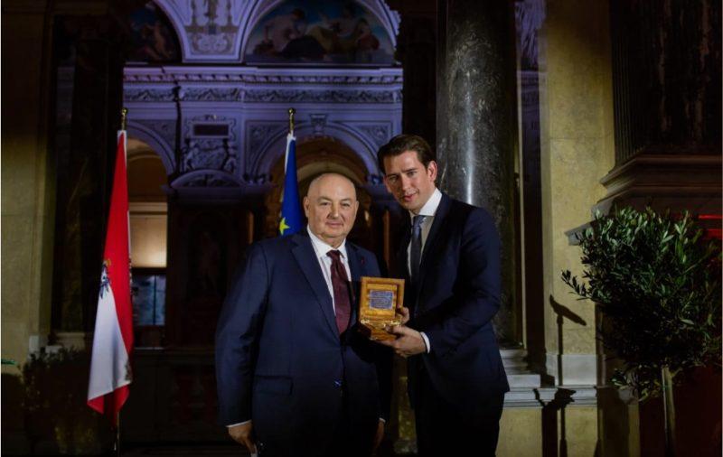 Вячеслав Кантор вручает канцлеру Австрии награду «Иерусалимский компас»