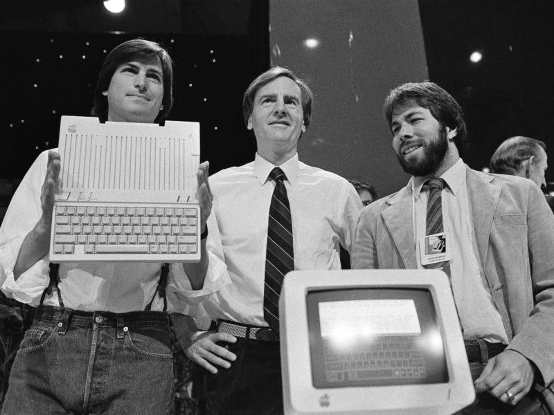 Стив Джобс с коллегами представляют первую продукцию Apple