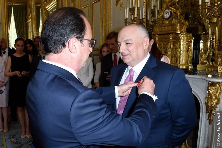Президент Франции награждает Вячеслава Кантора