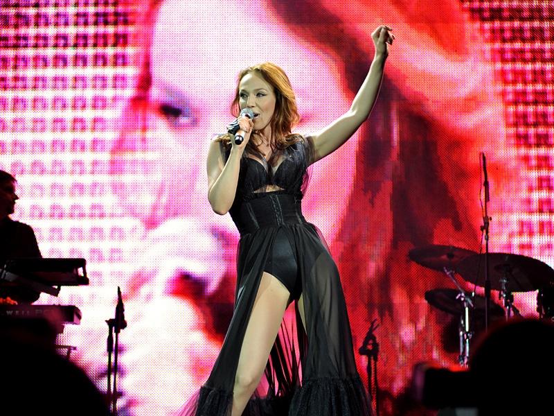 Альбина Джанабаева на концерте