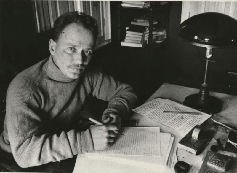 Михаил Шолохов в процессе творчества