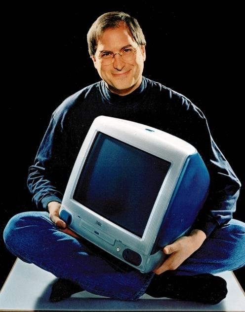 Стив Джобс с компьютером iMac