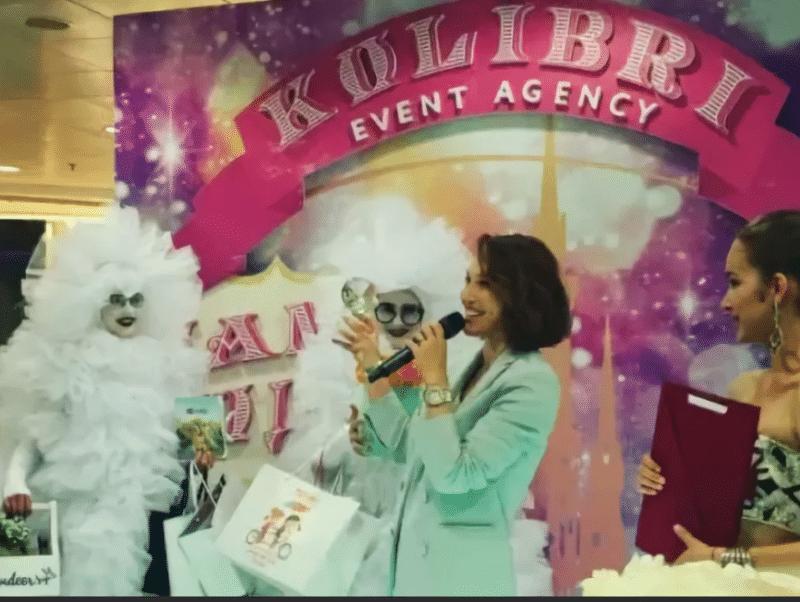 Альбина Джанабаева получает премию «Мама года»