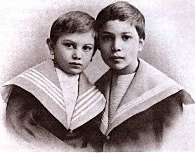 Борис Пастернак с братом в детстве
