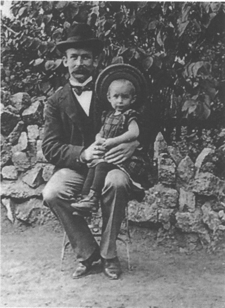 Эрих Мария Ремарк в детстве с отцом