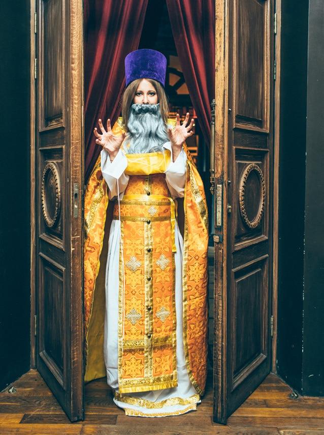 Ксения Собчак в облачении священника