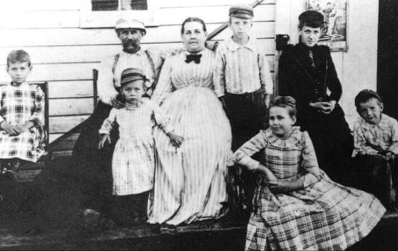 Никола Тесла с семьей