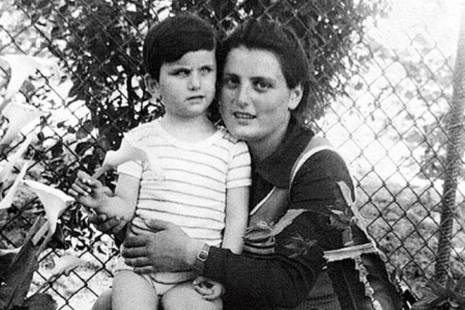 Диана Гурцкая в детстве с мамой