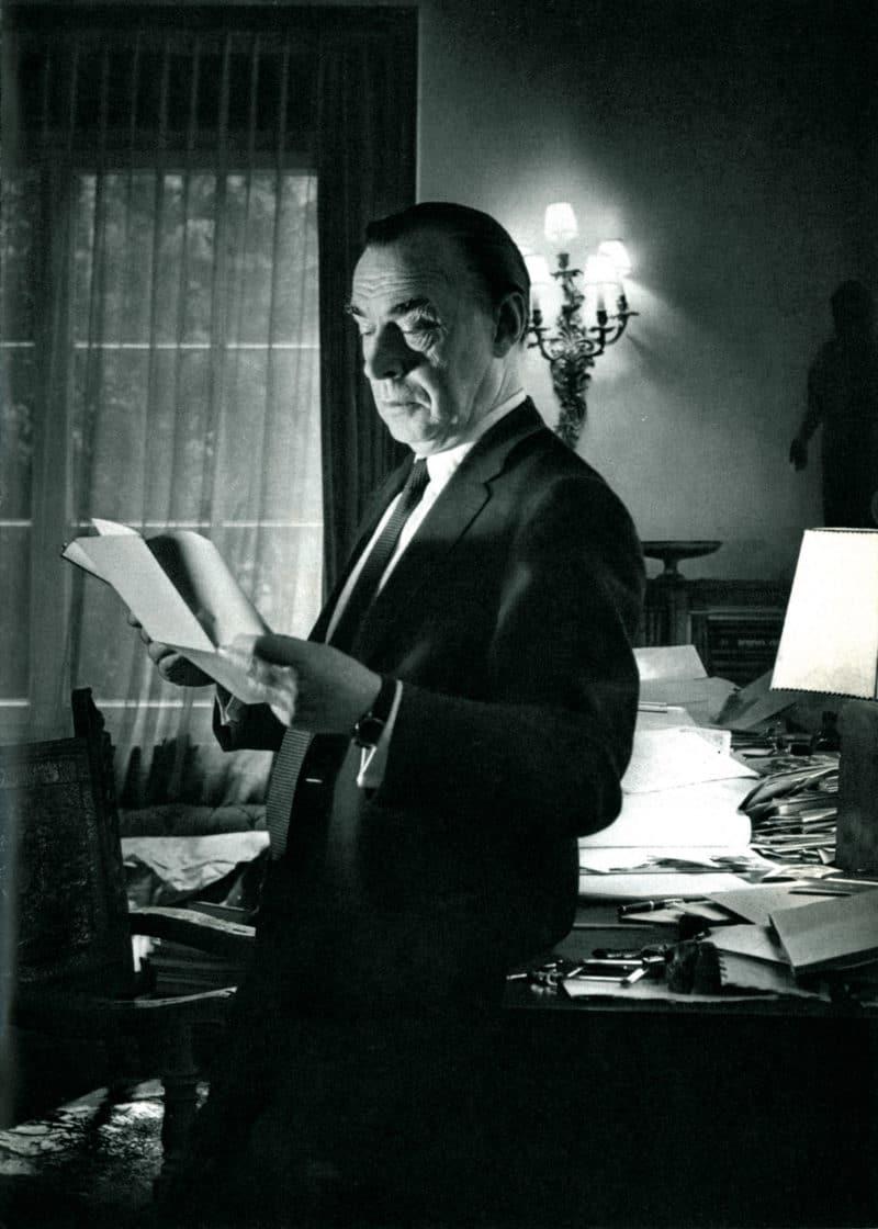 Эрих Мария Ремарк в своем кабинете