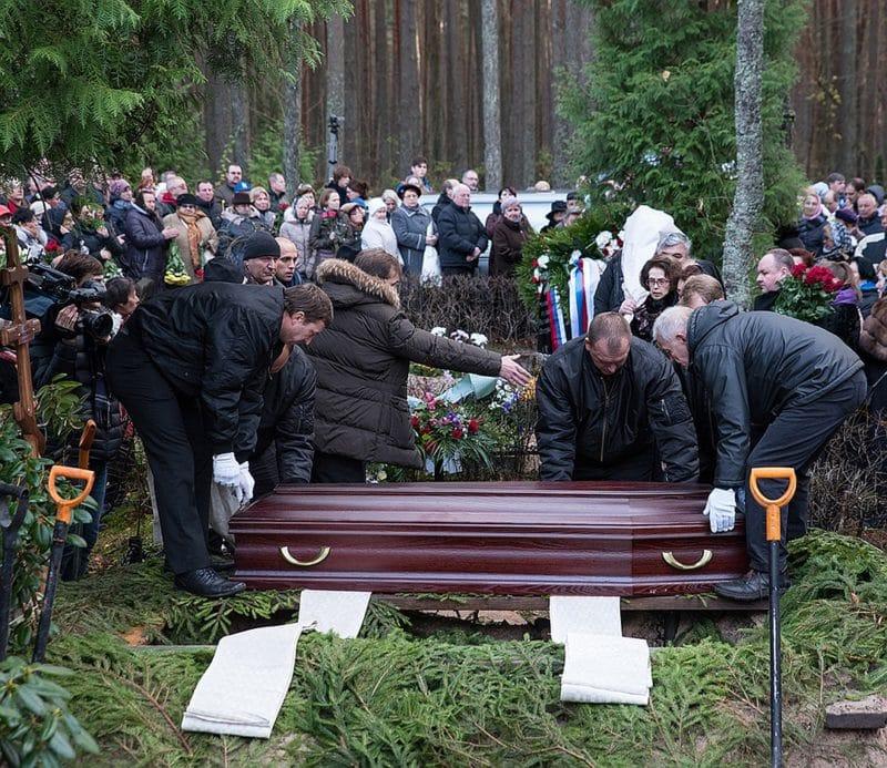 Похороны Михаила Задорнова на юрмальском кладбище