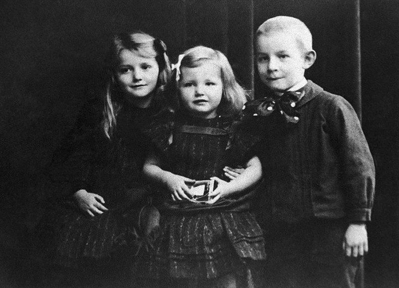 Эрих Мария Ремарк в детстве с сестрами