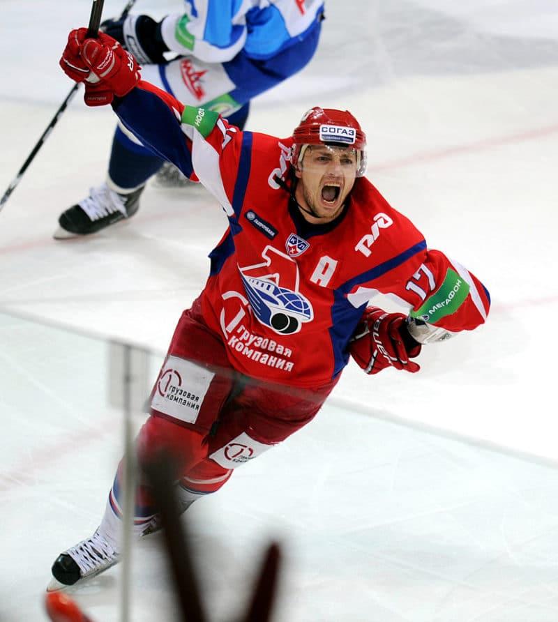 Иван Ткаченко играет в хоккей