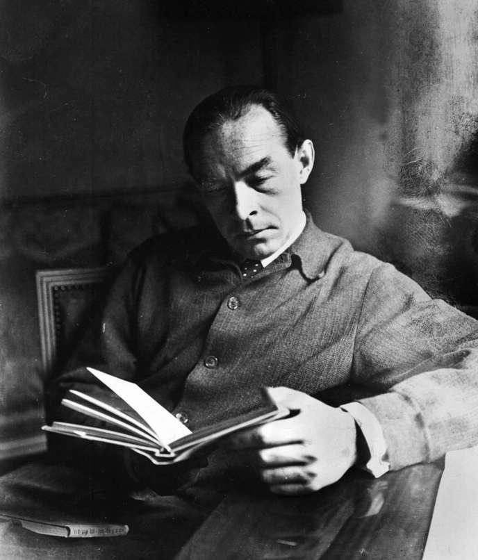 Эрих Мария Ремарк с книгой