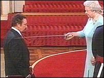 Королева Елизавета II посвящает Тома Джонса в рыцари
