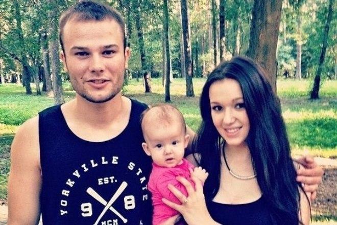 Макс Корж с женой и ребенком