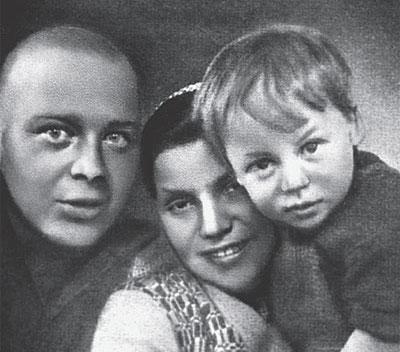 Аркадий Гайдар с женой Лией Соломянской и сыном