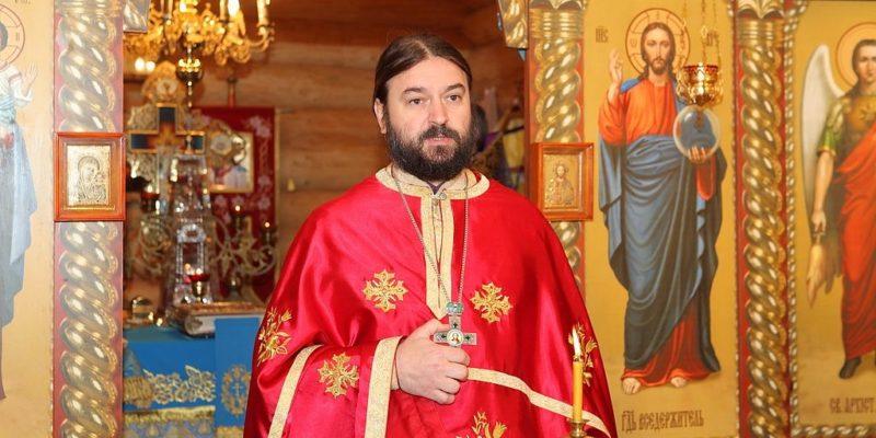 Протоиерей Андрей Ткачев в церкви на литургии