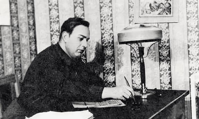 Аркадий Гайдар в творческом процессе