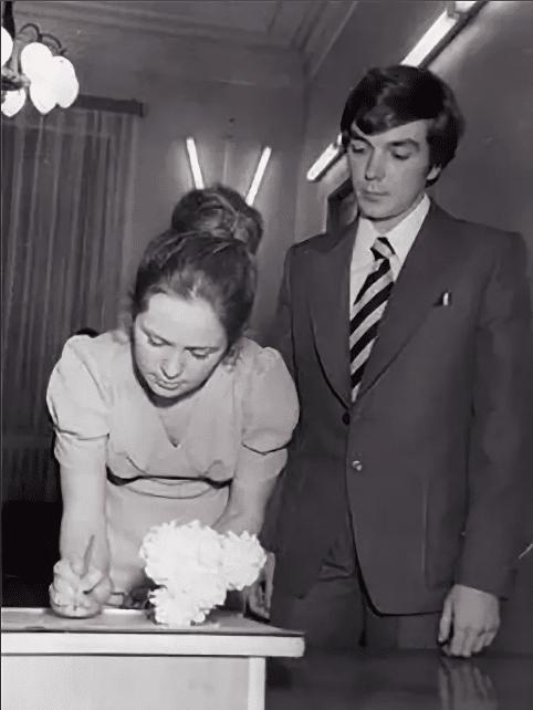 Юрий Николаев в загсе с первой женой Галиной