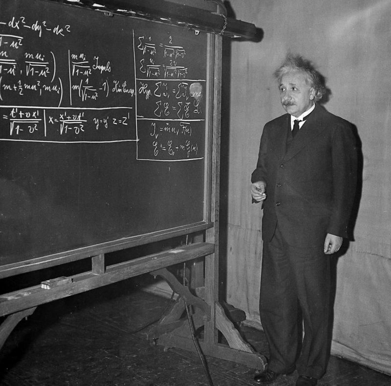 Альберт Эйнштейн у доски преподает физику