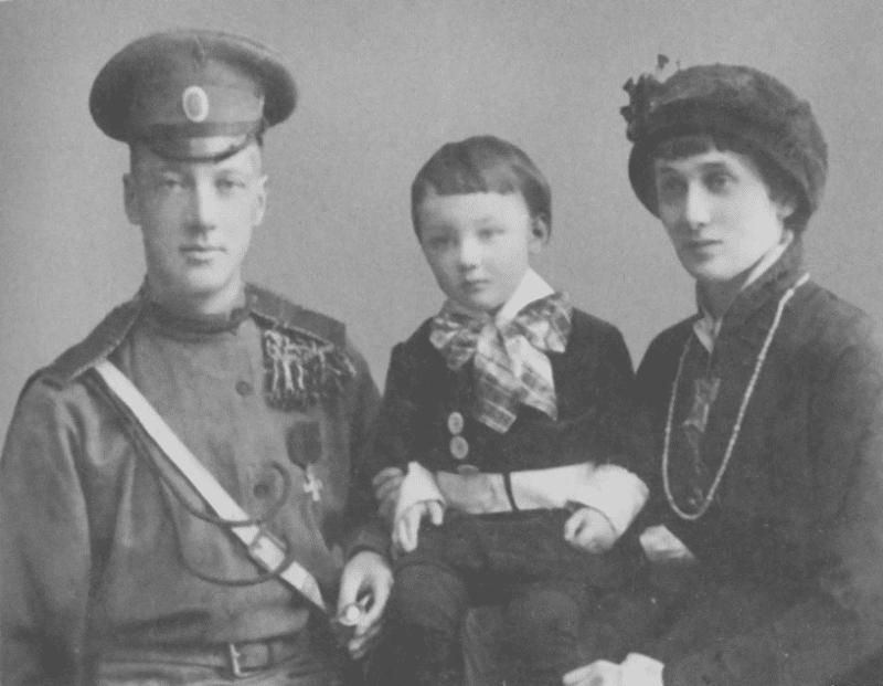 Николай Гумилев с Анной Ахматовой и сыном