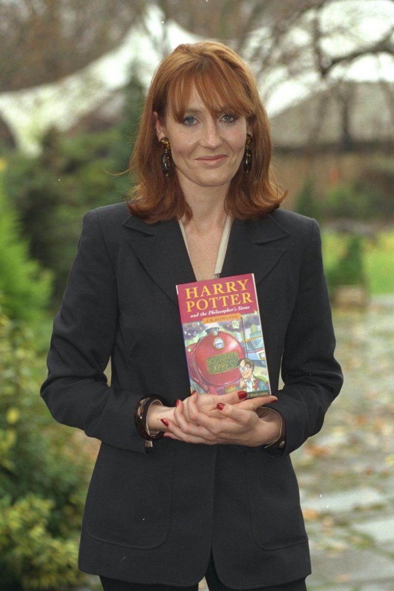 Джоан Роулинг в 1997 году с книгой Гарри Поттер и философский камень