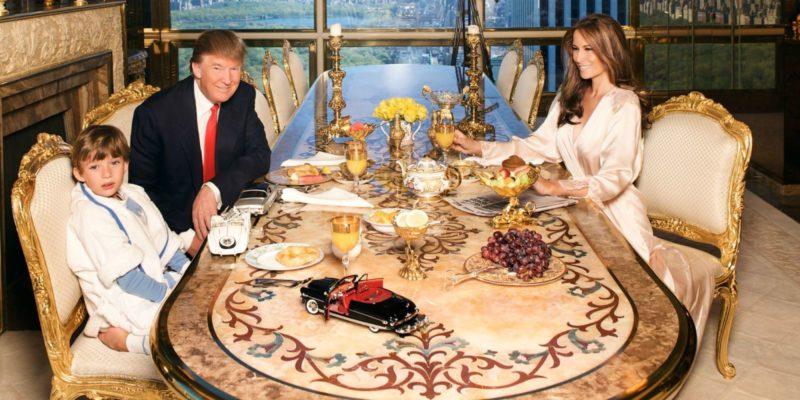 Дональд Трамп дома с семьей